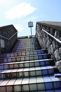 虹色タイルの階段