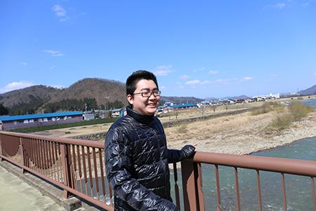 日野川をバックにイケメン